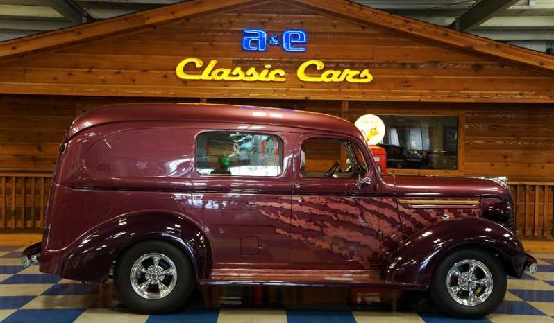 1940 Chevrolet Suburban Custom – Two Tone / Wood Graphics full