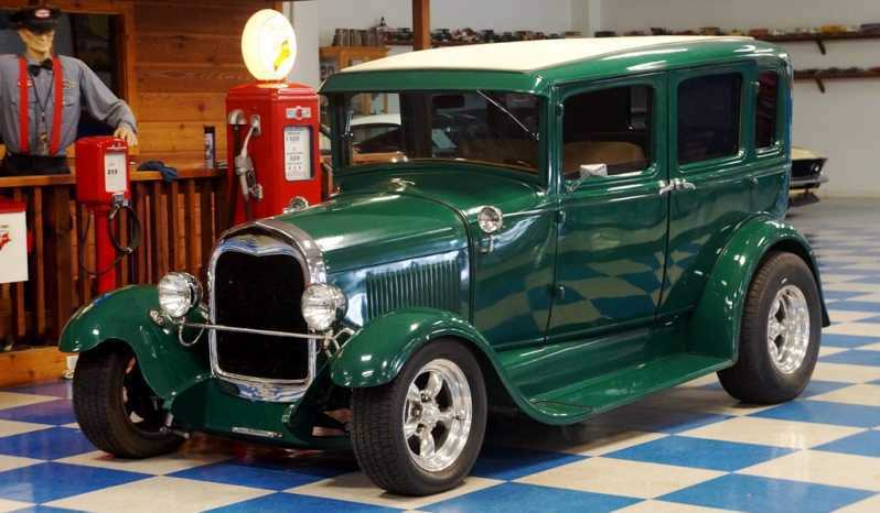 1929 Ford 4dr Sedan – Green / White full
